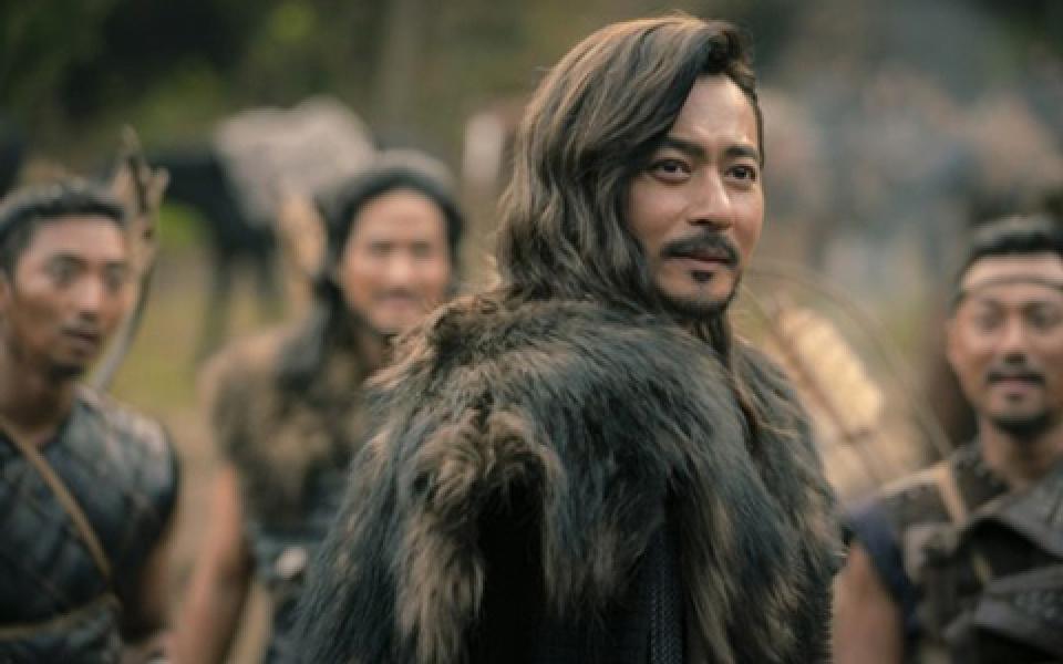 チャン・ドンゴン流石の風格!『アスダル年代記』で破格変身